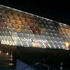 Photo taken at Louis Vuitton Island Maison by Calvin T. on 3/9/2012