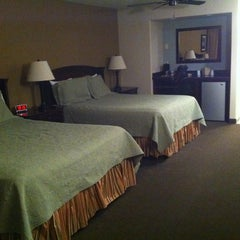Photo taken at Redwood Motel by 💜ⓒⓗⓡⓘⓢⓣⓘⓝⓐ . on 10/2/2011