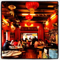Photo taken at Famosa Chicken Rice Ball (古城鸡饭粒) by Vivian C. on 7/24/2012