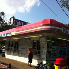 Photo taken at Cliff's Homemade Ice Cream by Nicole P. on 7/4/2012