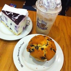 Photo taken at The Coffee Bean & Tea Leaf by Dea N. on 3/10/2012
