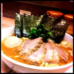 Photo taken at 横浜ラーメン町田家 町田本店 by Onne P. on 2/4/2012
