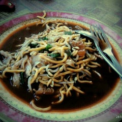 Photo taken at Mie Aceh Sigli Jaya by Mayang A. on 8/28/2012