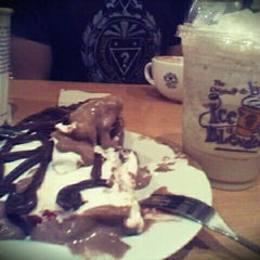 Photo taken at The Coffee Bean & Tea Leaf by Heizelle S. on 4/14/2012