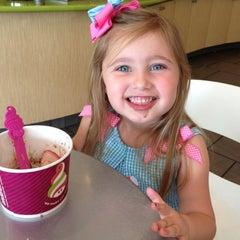 Photo taken at Menchies Frozen Yogurt by Deanna S. on 3/29/2012