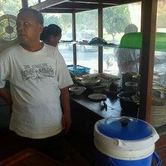 Photo taken at Warung Makan Sate Kambing & Gulai Kacang Ijo Pak Boy by Tama M. on 5/21/2012