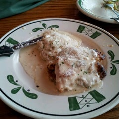 Photo taken at Olive Garden by Tawfiq A. on 3/31/2012