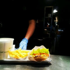 Photo taken at Shake Shack | شيك شاك by Isa A. on 5/2/2012