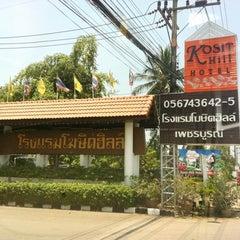 Photo taken at Kosit Hill Hotel (โรงแรมโฆษิตฮิลล์) by Vicky S. on 4/21/2012