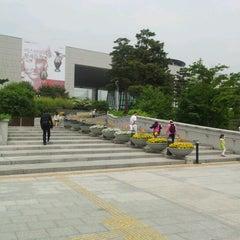 Photo taken at 국립중앙박물관 (National Museum of Korea) by Ankush G. on 5/19/2012