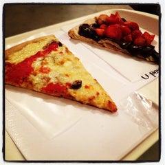Photo taken at O Pedaço da Pizza by Renato V. on 4/7/2012