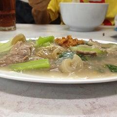 Photo taken at Kwetiaw Sapi 78 Mangga Besar by Melvin L. on 7/16/2012