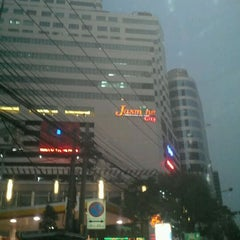Photo taken at Jasmine City Building (อาคารจัสมินซิตี้) by Ford E. on 3/23/2012