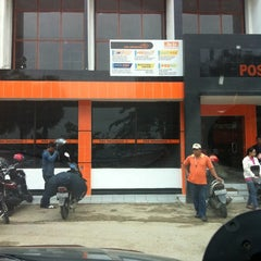 Photo taken at Kantor Pos Samarinda by Edhie R. on 5/14/2012