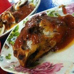 Photo taken at Ikan Bakar Mama Resepi by Ebel K. on 5/9/2012