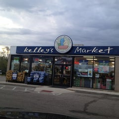 Photo taken at Mobil by Marisa V. on 4/19/2012
