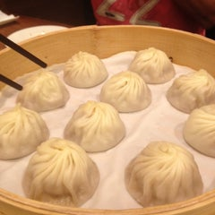 Photo taken at 鼎泰豐 Din Tai Fung by Maggie C. on 5/27/2012