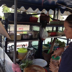 Photo taken at ส้มตำร้อยเอ็ด(รสเด็ด) ลุงจอม+ป้าไหม by Taro on 2/16/2012