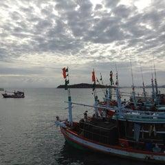 Photo taken at ท่าหน้าบ้าน เกาะล้าน by Mint M. on 7/5/2012