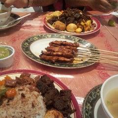 Photo taken at فادان للمأكولات الإندنوسية - fadan restaurant by bander 2. on 5/24/2012