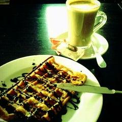 Photo taken at Cafetaria Green Tea by Tiago R. on 3/6/2012