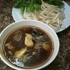 Photo taken at เฮงหูฉลาม (Heng Shark's Fin) by Mnunique N. on 5/31/2012
