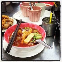Photo taken at ร้านต้นเย็นตาโฟกุ้งทอด by Mod J. on 5/4/2012