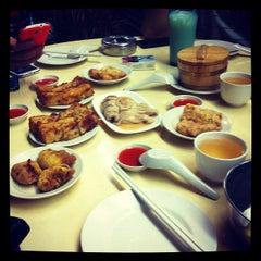 Photo taken at Swee Choon Tim Sum Restaurant 瑞春點心拉麵小籠包 by Wolfgang J. Pereira on 7/14/2012