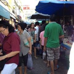 Photo taken at ตลาดตรอกหม้อ (Trok Mo Market) by Natsumi S. on 9/5/2012