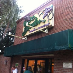 Photo taken at Olive Garden by Jeannette N. on 6/1/2012