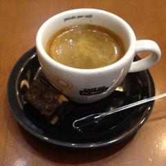 Photo taken at Café do Ponto by Cláudio L. F. on 3/27/2012