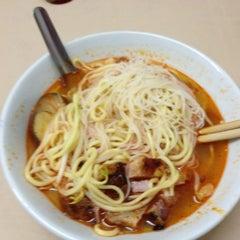 Photo taken at Green House Hokkien Mee (青屋蝦麵) by Yau Hoong on 3/30/2012