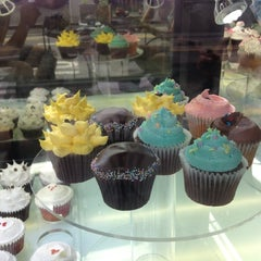 Photo taken at Goodovening Cupcake by JP B. on 9/2/2012