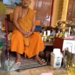 Photo taken at วัดหลวงพ่อโอภาสี (สวนอาศรมบางมด) Wat Luang Por Opasee by Kanitin V. on 8/4/2012
