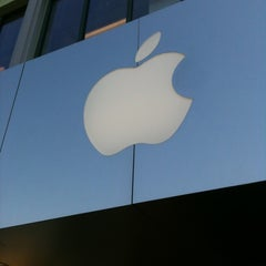 Photo taken at Apple Store, Town Square by Fernando M. on 5/8/2012