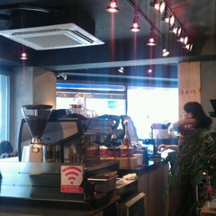Photo taken at HOLLYS COFFEE by Crayon S. on 4/4/2012