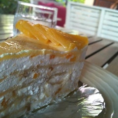 Photo taken at Mai Bakery In The Garden (ไหม เบเกอรี่) by Suriyan P. on 2/13/2012