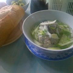 Photo taken at Hủ tíu xá xíu, xíu mại by Mai Lê H. on 8/25/2012