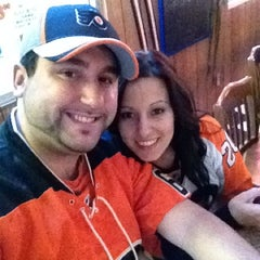 Photo taken at Pizza Como/Lou's 50 Yard Line Sports Bar by Frankie J on 4/18/2012