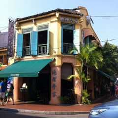 Photo taken at Geographér Café by ✈ Chiangbak ®. on 8/20/2012