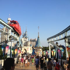 Photo taken at 롯데월드 (LOTTE WORLD) by Sayaka on 8/4/2012