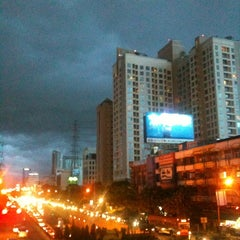 Photo taken at แยกรัชดา-สุทธิสาร (Ratchada-Sutthisan Intersection) by Fern on 8/20/2012