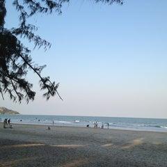 Photo taken at ชายหาดสวนสนประดิพัทธ์ (Suan Son Pradipat Beach) by Dek C. on 2/11/2012