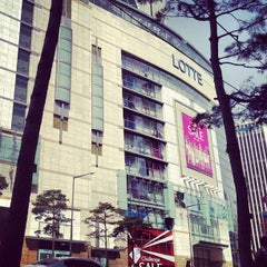 Photo taken at 롯데백화점 (LOTTE Department Store) by Sinith B. on 4/15/2012