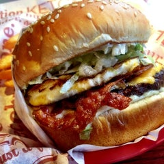 Photo taken at Red Robin Gourmet Burgers by Junior M. on 8/16/2012