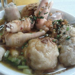 Photo taken at Mie Baso Ceker Pasundan by Lely S. on 8/13/2012