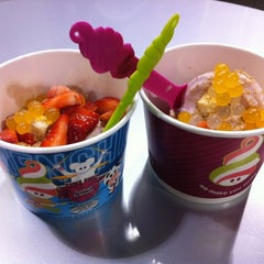 Photo taken at Menchie's Frozen Yogurt by Mina on 8/15/2012