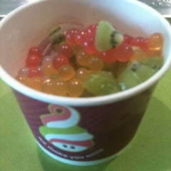 Photo taken at Menchie's Frozen Yogurt by Jorge A. on 5/12/2012