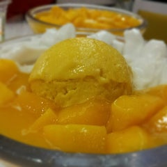 Photo taken at 許留山 Hui Lau Shan Healthy Dessert by Timothy L. on 6/17/2012