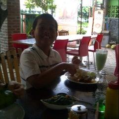 Photo taken at Ayam Gepuk Eco Raos by Handriyanto A. on 3/9/2012